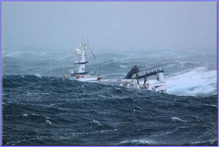 A Fishing Ship Caught in the Middle of a Storm (10 pics)