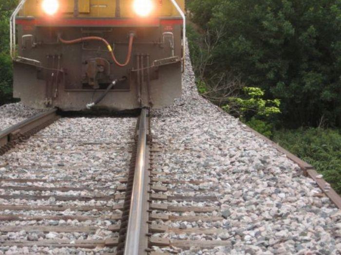 A Train Bridge That Looks Dangerous (7 pics)