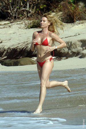 Girls in Bikini Doing a Baywatch Run (69 pics)