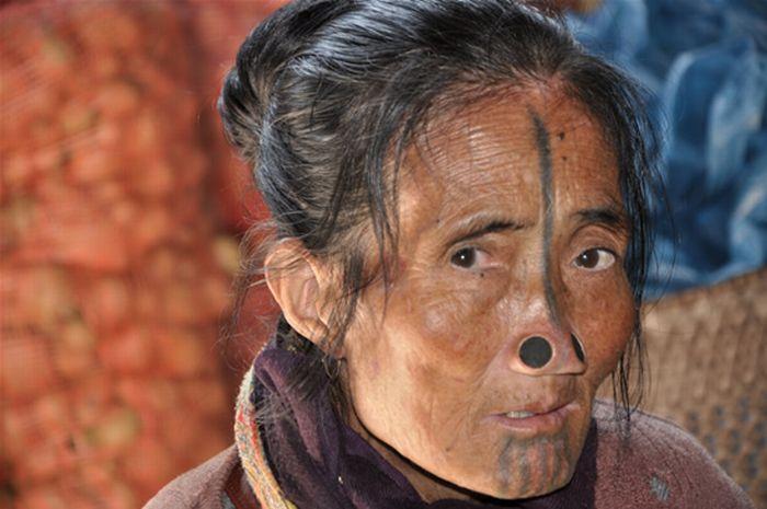 Nose Plugs of the Apatani Women (10 pics)