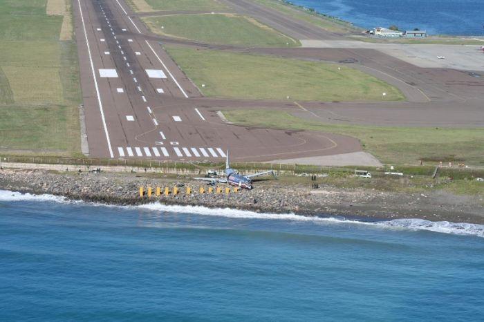 A Plane Overshot Runway in Jamaica (8 pics)