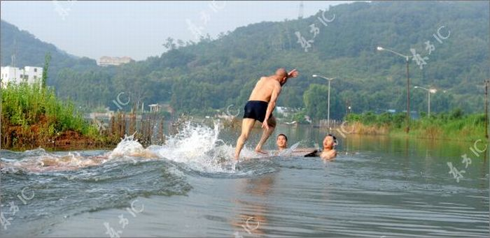 Shaolin Monk Walks on Water (51 pics)