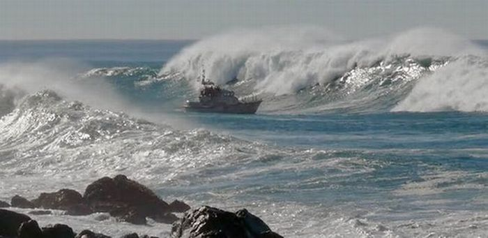 Ship on the Giant Waves (13 pics)