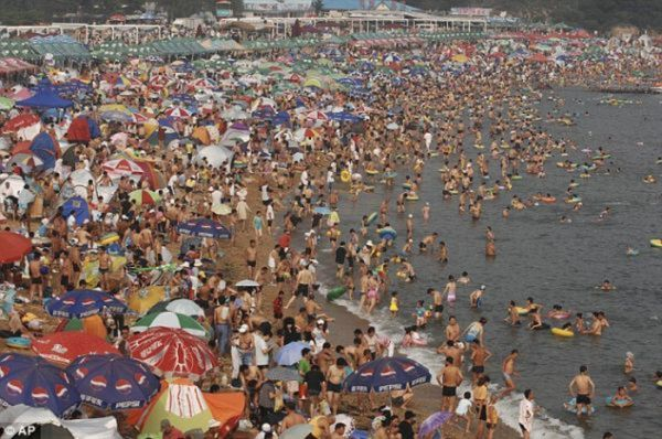 A Crowded Beach in China (10 pics)