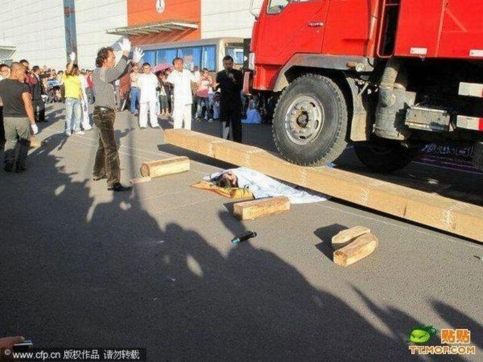 Dangerous Street Performance (4 pics)