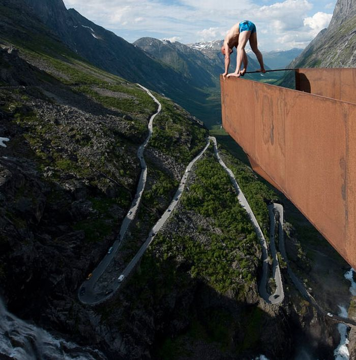 Balancing on the Edge of a Cliff (18 pics)