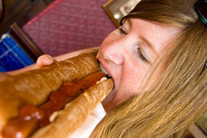 Girls Eating Hot Dogs (78 pics)
