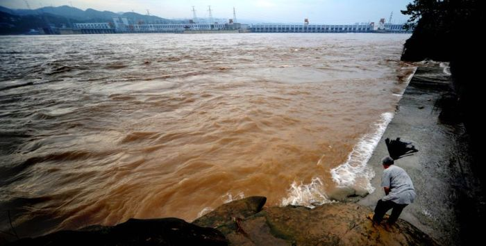 A Chinese Dam vs a Flood (12 pics)