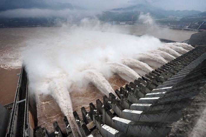 A Chinese Dam vs a Flood (12 pics)