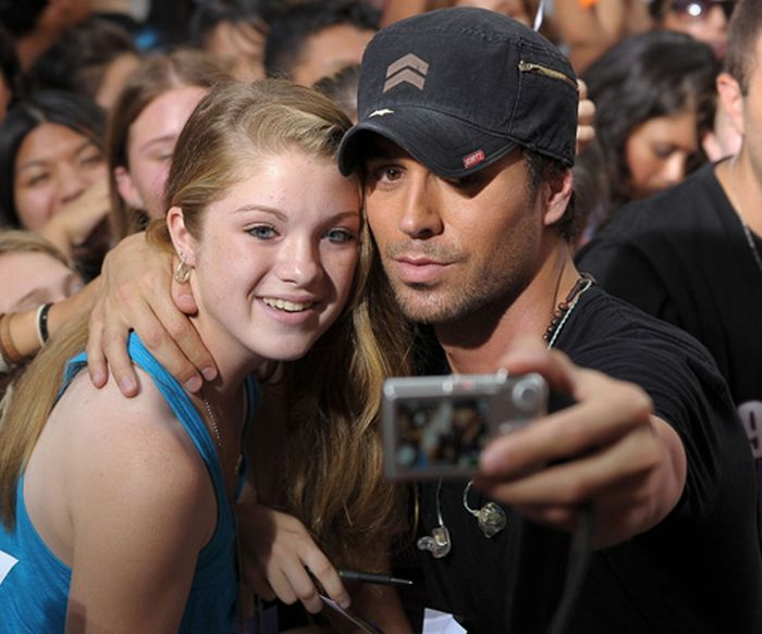 Enrique Iglesias Takes a Picture Down His Trousers For a Fan (4 pics)