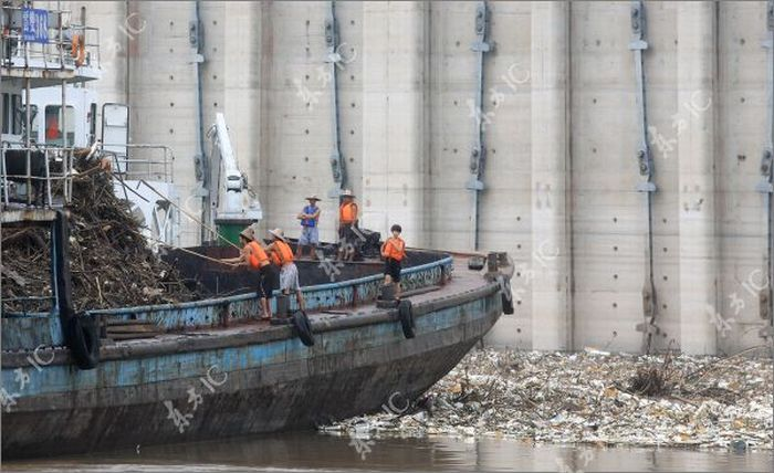 Flood in China Left Unbelievable Amount of Garbage (17 pics)
