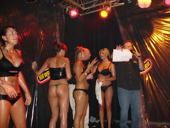 Jell-O Wrestling Bikini Babes (34 pics)
