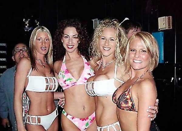 Bikini Photobombs (25 pics)