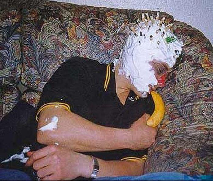 Decorating Drunk Friends (17 pics)