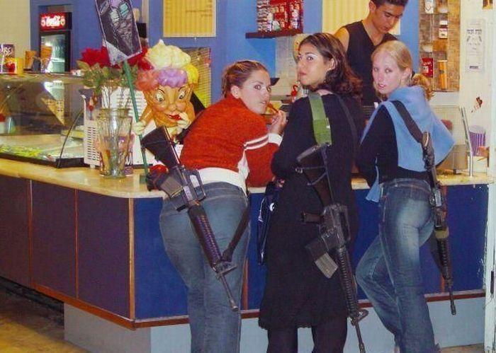 Girls With Guns (43 pics)