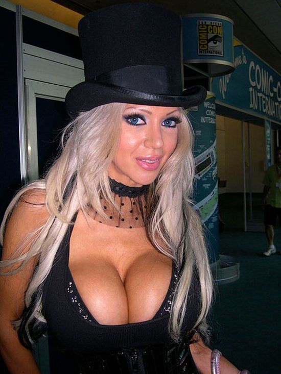 The Best Cleavage of Comic Con 2010 (14 pics)