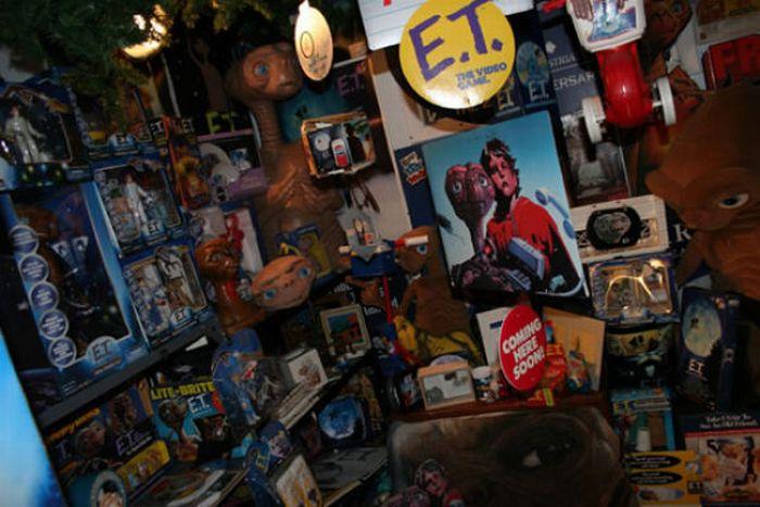 The Biggest E.T. Fan in the World (8 pics)