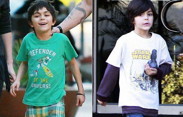 Megan Fox Borrows T-Shirts from Her Stepson (2 pics)