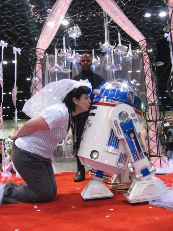 Woman Married R2-D2 (10 pics)