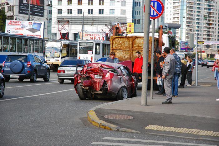 Chevrolet Between Two Trams (4 pics)