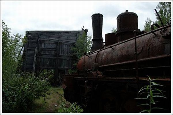 Abandoned Railroad With a Train (45 pics)