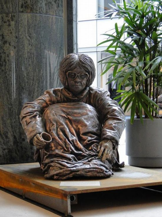 Sculptures of Homeless People (19 pics)