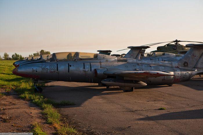 Abandoned Soviet Airfield in Ukraine (42 pics)