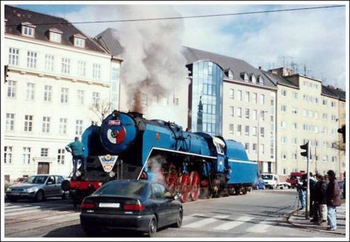 Trains in the Middle of a City (33 pics)
