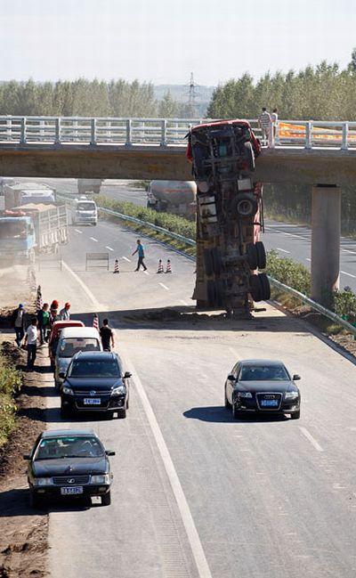 Spectacular Crash in China (6 pics)
