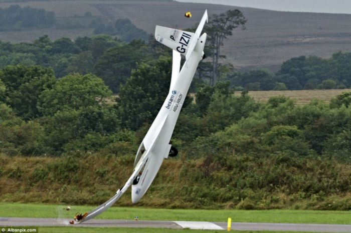 Air Show Crash and Spectacular Escape of Pilot (6 pics)