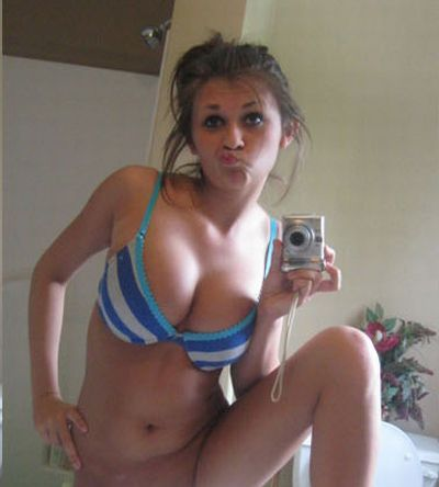 This girl is Making Duckface in Every Photo (8 pics)