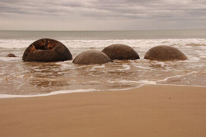 The Mysterious Moeraki Boulders (14 pics)