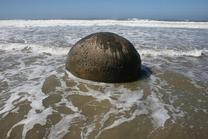 The Mysterious Moeraki Boulders (14 pics)