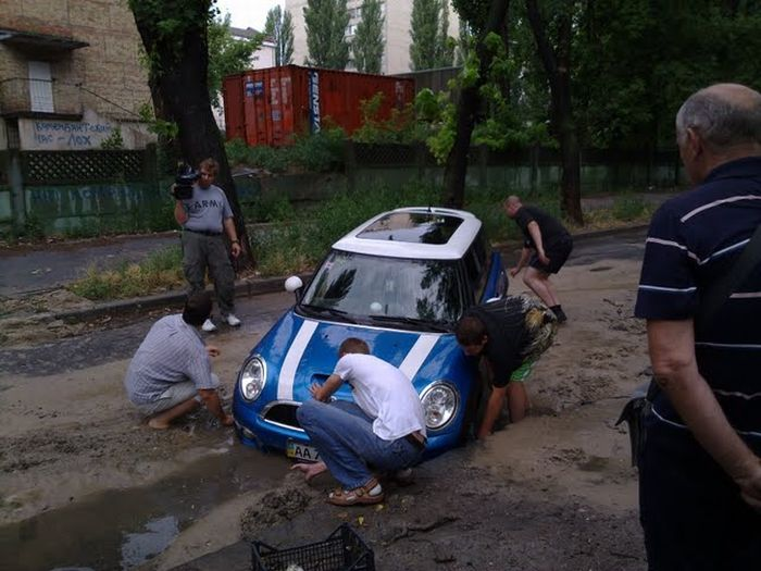 Mini is Not Good Enough for Russian Roads (3 pics)