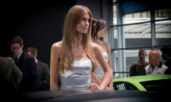 Girls of the 2010 Paris Motor Show (109 pics)