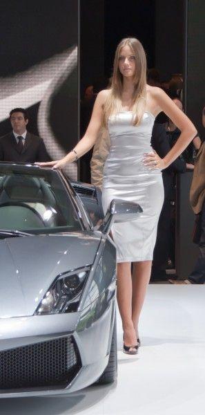 Girls of the 2010 Paris Motor Show (109 pics)