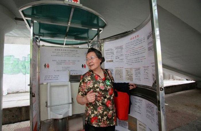 Women's Standing Urinals in China (6 pics)