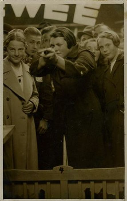 Vintage Photos of Women with Guns (27 pics)