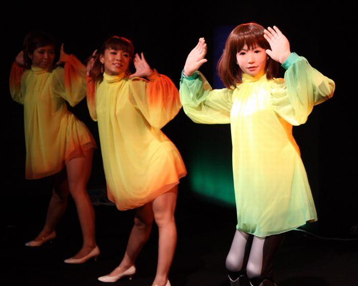 Dancing Robot Girl (10 pics + video)