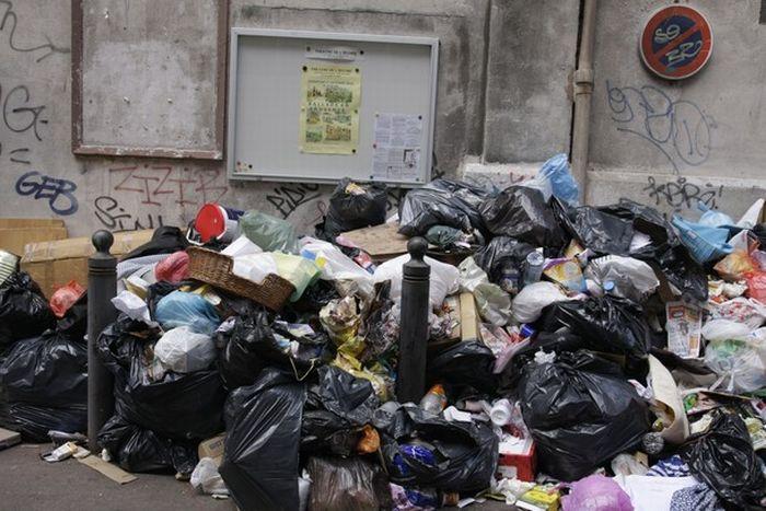 Marseilles Looks Like One Huge Garbage Disposal Site (30 pics)