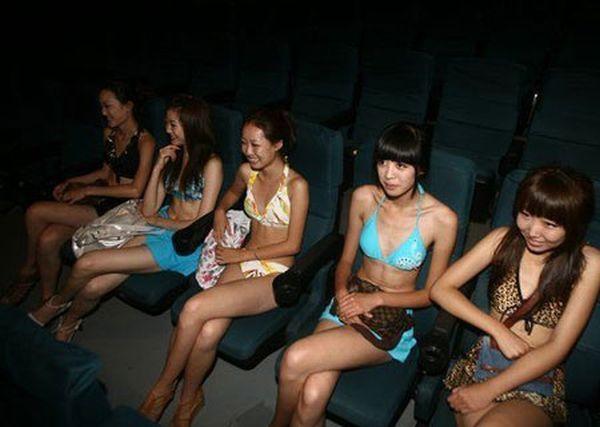 Один деятель решил, что если посадить рядом с вип-местами в кинотеатре деву