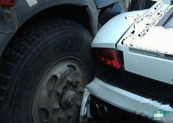 Old Truck vs Lamborghini vs Porsche vs Rolls Royce Phantom (8 pics)