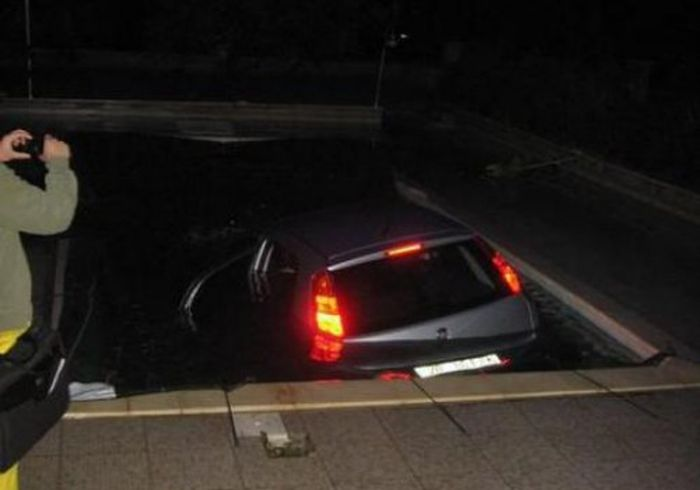 Car in the Pool (12 pics)
