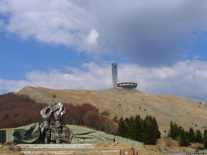 Abandoned Monument in Bulgaria (7 pics)