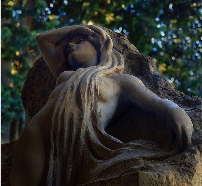 Beautiful Cemetery Sculptures (20 photos)