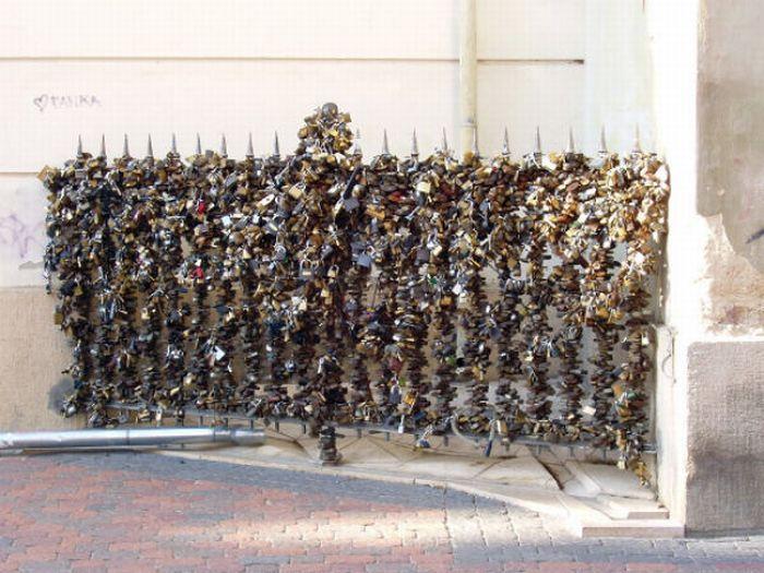 Love Locks All Over The World (12 pics)