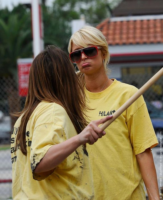 Paris Hilton Doing Community Service (8 pics)