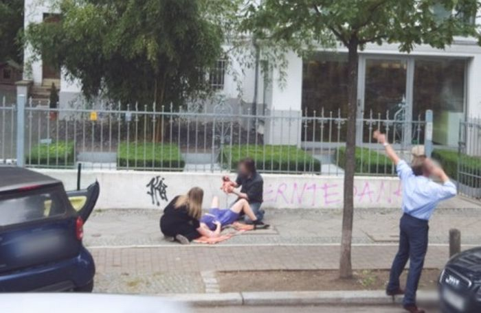 Woman Gives Birth on Google Street View (2 pics)