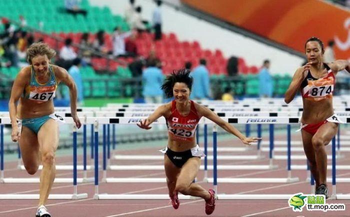 Chinese Girl Falls During a Run (10 pics)