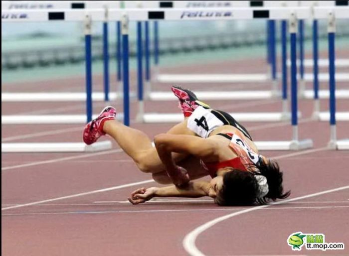 Chinese Girl Falls During a Run (10 pics)
